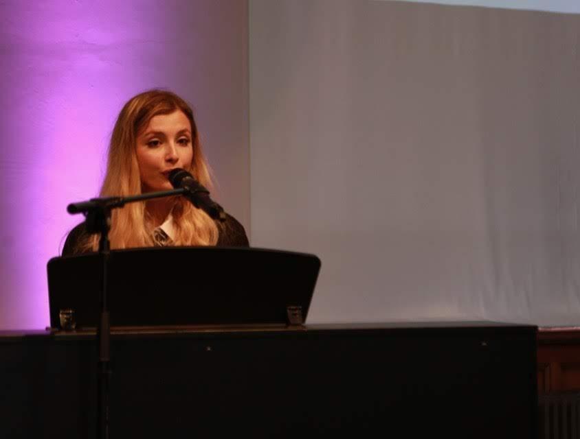 Maya Morris o Ysgol Lewis Pengam yn perfformio yn ystod y digwyddiad lansio