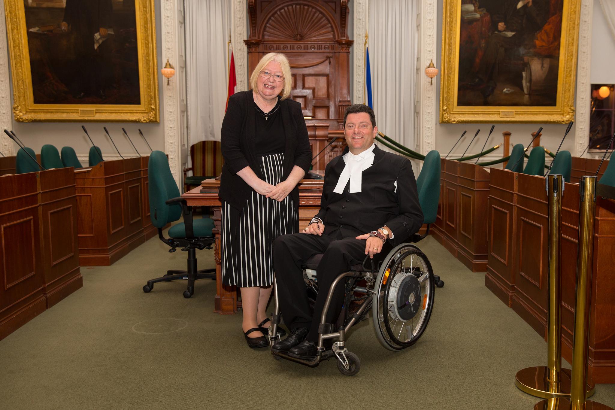 Ann Jones gyda Kevin Murphy, llefarydd Cynulliad Nova Scotia yng Nghanada